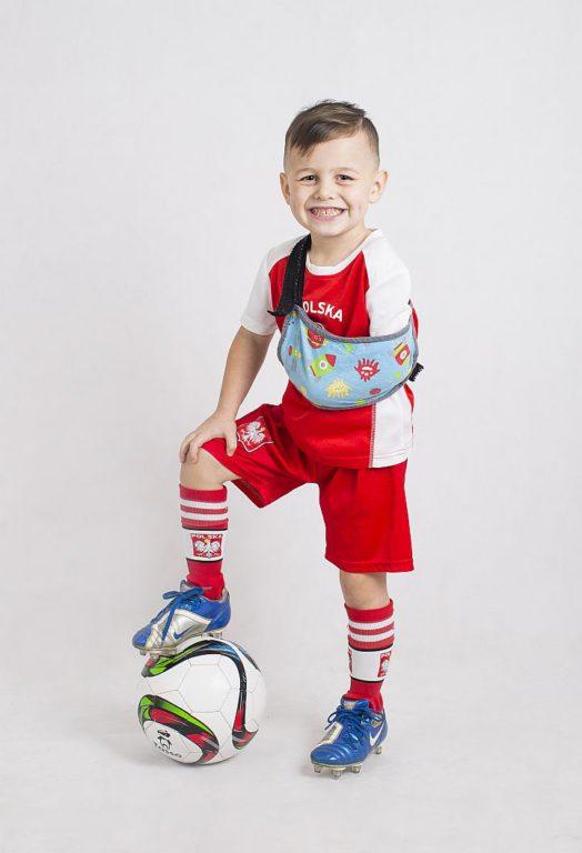 Rysio w stroju piłkrskim w barwach narodowych