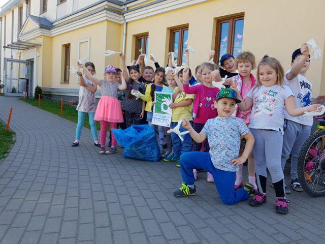 Przedszkolaki z Zakrętu posprzątały świat