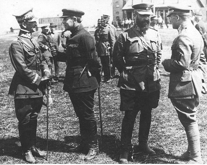 Kwiecień 1920. Gen. Antoni Listowski (pierwszy z lewej) podczas rozmowy z atamanem Symonem Petlurą. Fot. Narodowe Archiwum Cyfrowe