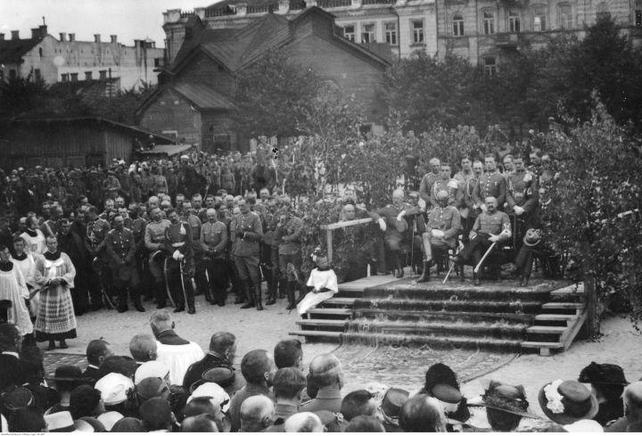 Wilno, koniec kwietnia 1919. Józef Piłsudski (siedzi, pośrodku) w otoczeniu żołnierzy, podczas uroczystości po zajęciu miasta przez Wojsko Polskie. Fot. Narodowe Archiwum Cyfrowe