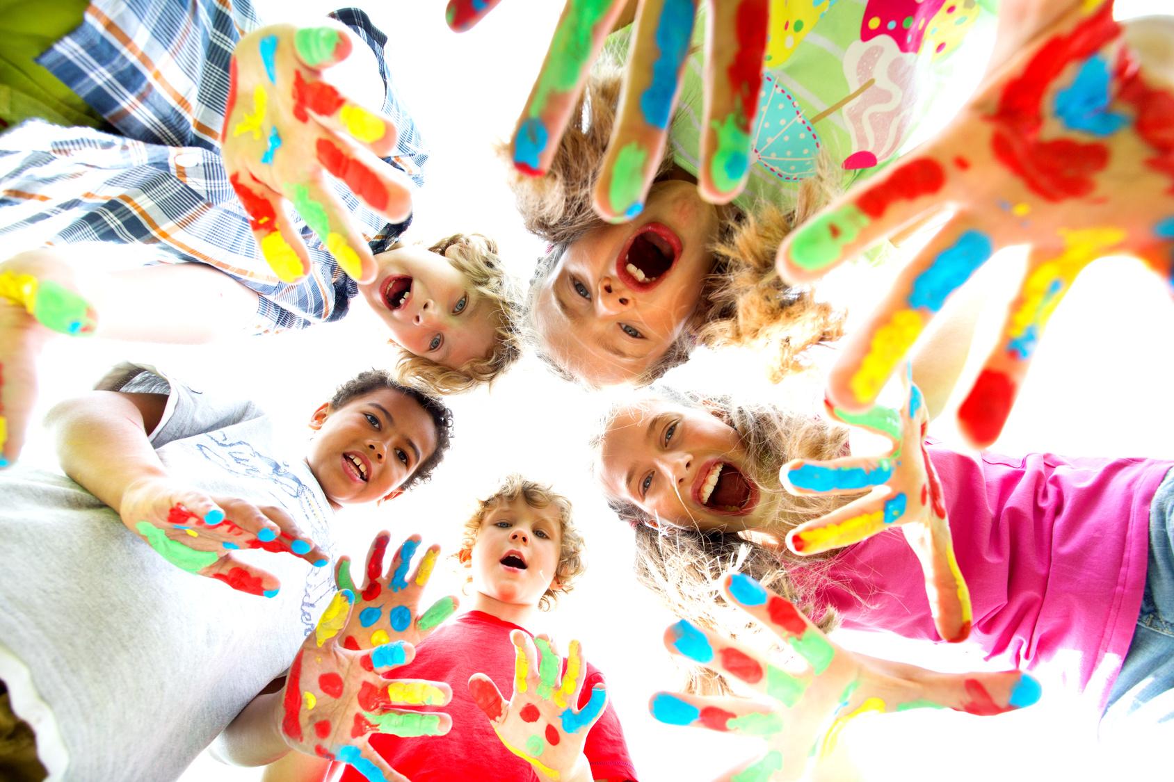 Dzieci z ubrudzonymi farbami rękami