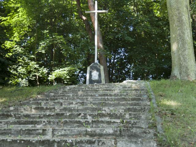 Kopiec - pomnik w centrum Wiązowny