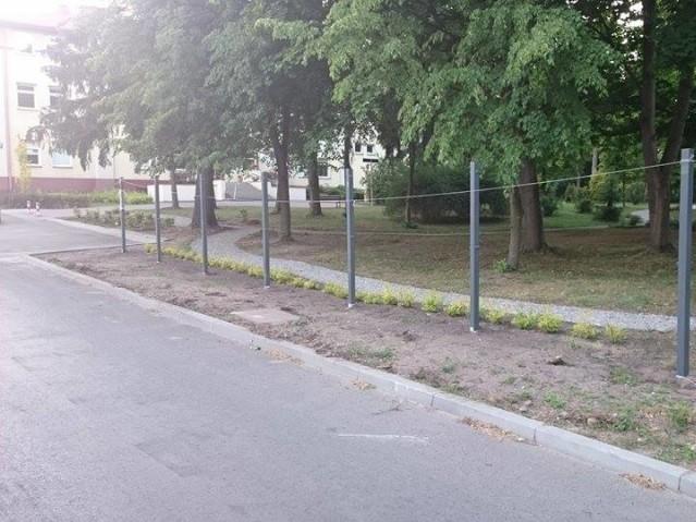 Gmina Wiązowna_budowa wystawy plenerowej przed urzędem_czerwiec 2015