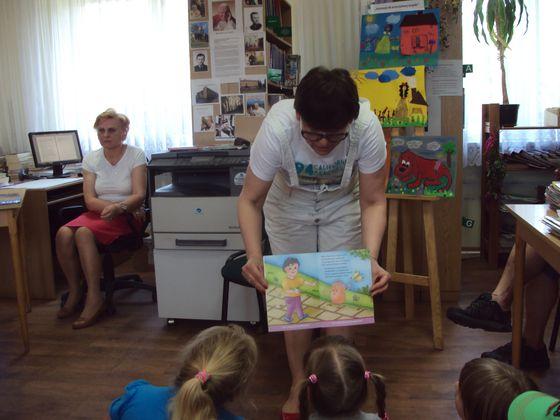 Przewodnicząca Rady Gminy - Renata Falińska czyta dzieciom w bibliotece