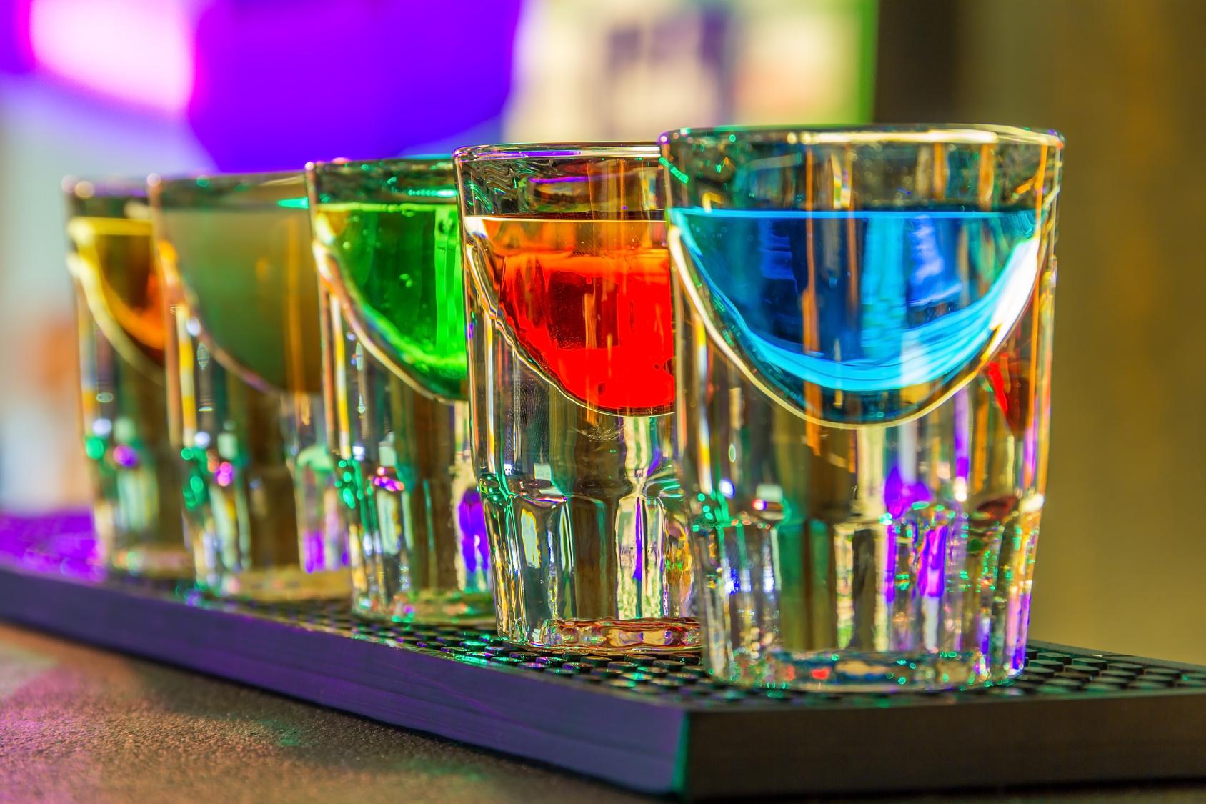 Kieliszki z kolorowym alkoholem