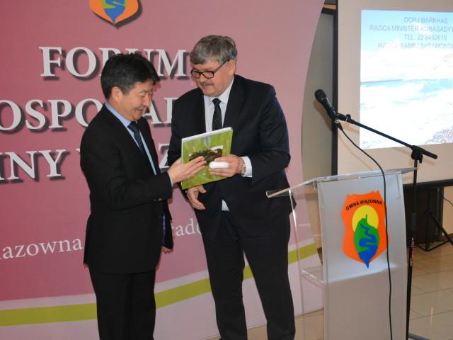 Radca-Minister-Ambasady-Mongolii-Dorj-BARKHAS-otrzymał-od-wójta-Janusza-BUDNEGO-symboliczną-pamiątkę.-e1456237170751