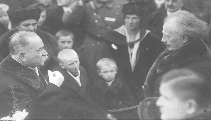 Poznań, 27 grudnia 1918. Powitanie Ignacego Jana Paderewskiego (po prawej) przez mieszkańców miasta. Fot. Narodowe Archiwum Cyfrowewew