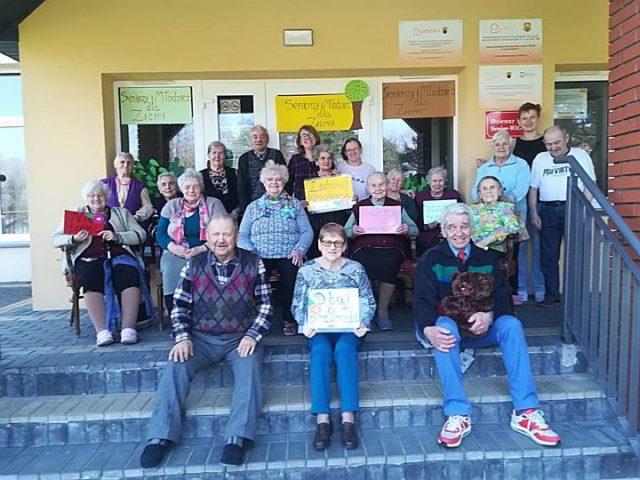 seniorzy sprzątali z wolontariuszami naszą gminę