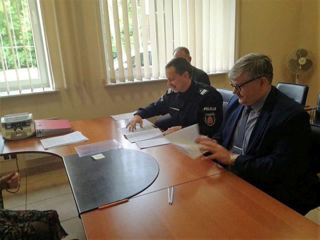 Podpisanie aktu notarialnego na posterunek w Wiązownie