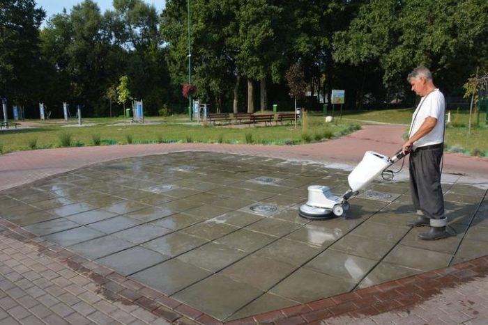 Mycie fontanny w Gminnym Parku Centrum szorowarką