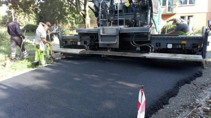 Wylewanie asfaltu na ul. Wiejskiej w Rzakcie