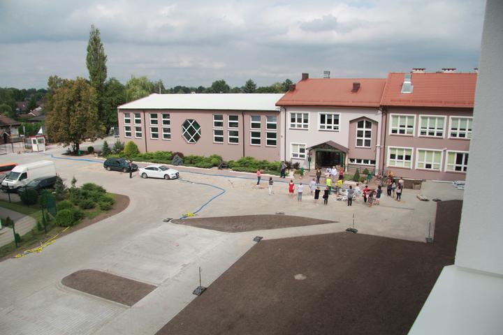 Budynek szkoły w Zakręcie po termomodernizacji