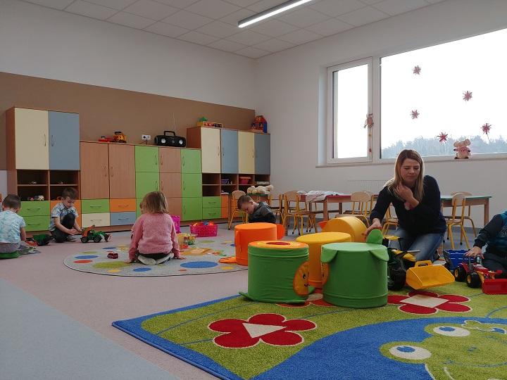 Przedszkole w Woli Dickiej. Dzieci w sali bawią się na dywanie