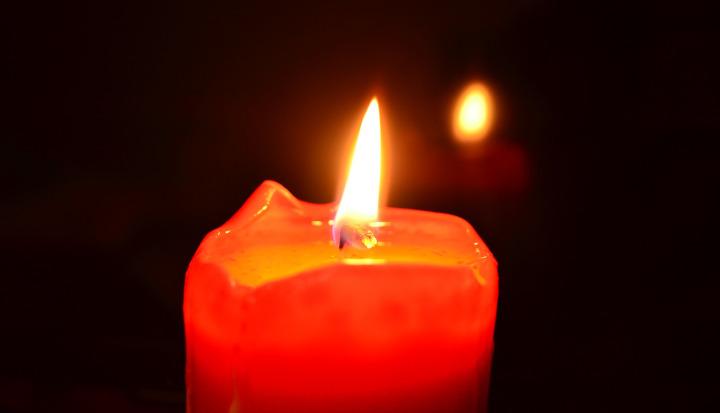 Czerwona świeczka pali się jasnym, ciągłym płomieniem