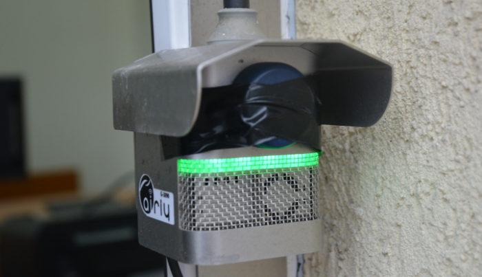 Czujnik jakości powietrza zamontowany na jednym z okien Urzędu Gminy Wiązowna