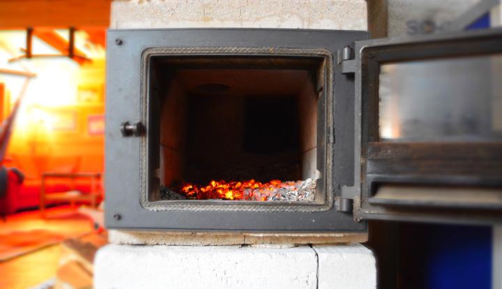 Stary piec do palenia węglem i drewnem