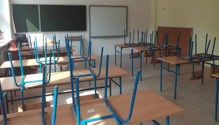 Sala szkolna. Ławki i krzesła ustawione na nich