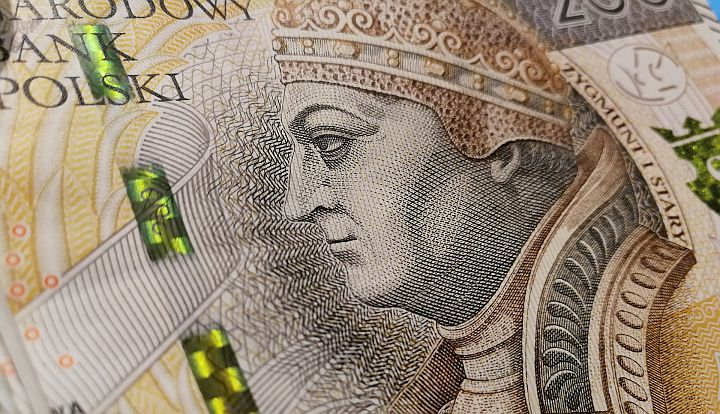 Banknot 200 zł. Utrzymany w brązowych barwach. Na pierwszym planie z profilu głowa mężczyzny w koronie