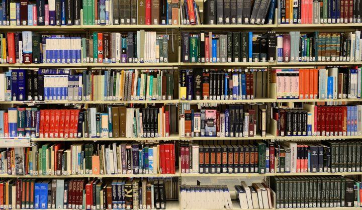 Sześć regałów z różnego rodzaju książkami