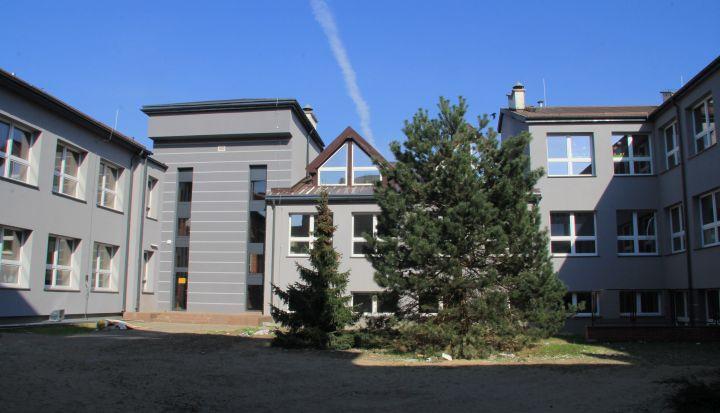 Budynek szkoły w Wiązownie po modernizacji