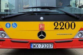 Przód autobusu miejskiego w kolorach żółto-czerwonych