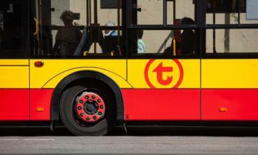 Czerwono-żółty autobus jeżdżący po Warszawie