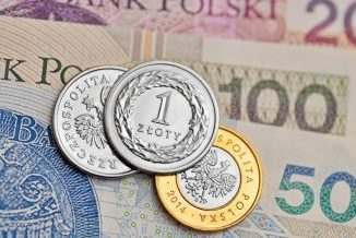 Banknoty 20, 100 i 50 zł jeden na drugim, a na nim monety 1 zł i 2 zł