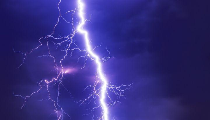 Podczas burzy nigdy nie szukaj schronienia pod drzewami, masztami, latarniami, słupami energetycznymi i wolno stojącymi wieżami.