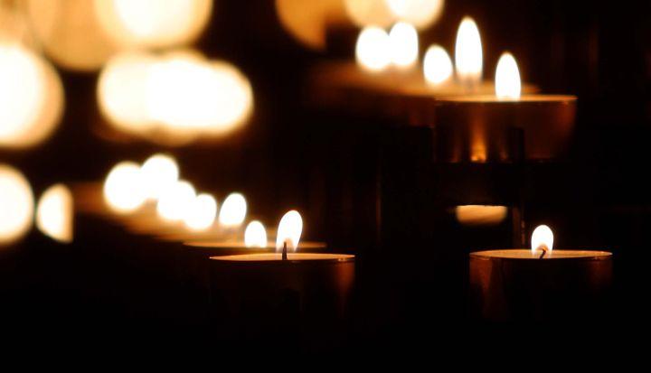 Małe zapalone świeczki
