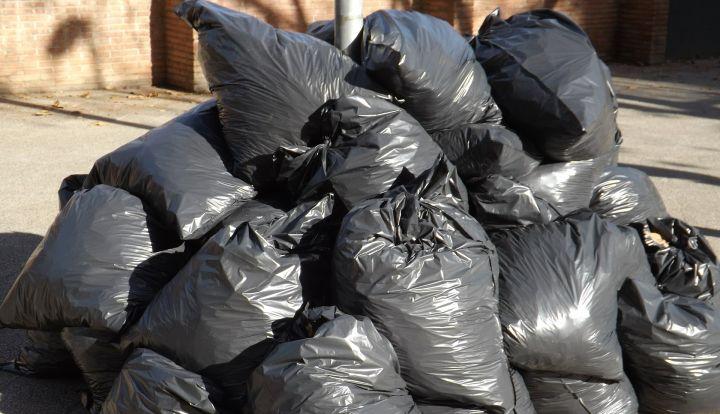 Czarne worki ze śmieciami ułożone w stos