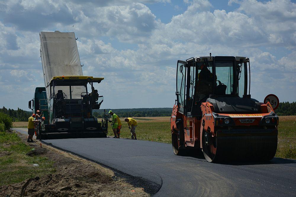 Zdjęcie wykonywania drogi asfaltowej na ulicy Dobrzynieckiej w Rzakcie