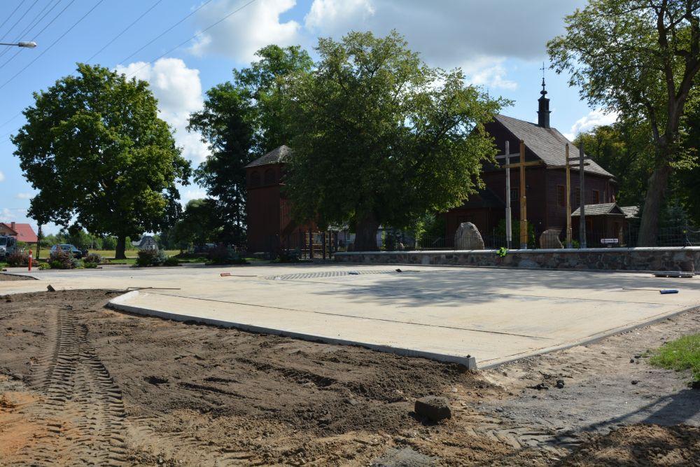 Nowy parking z kostki przed kościołem w Gliniance