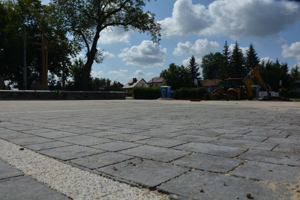 Szara kostka, z której wykonywany jest parking w Gliniance