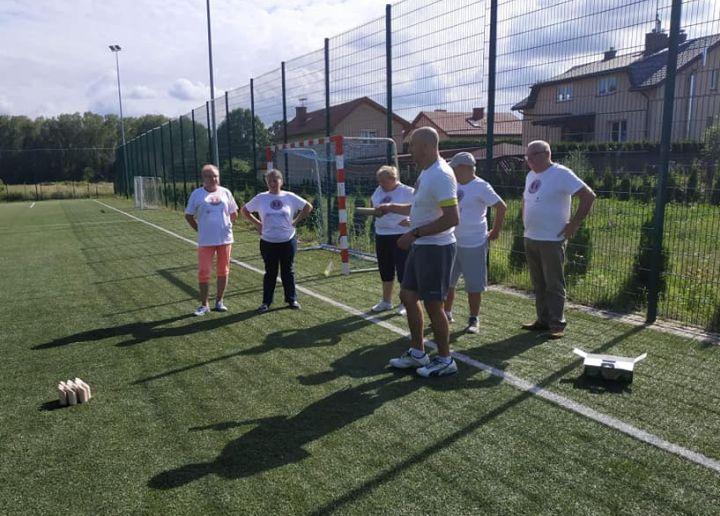 Trener Jacek Skwara tłumaczy seniorom zasady gry