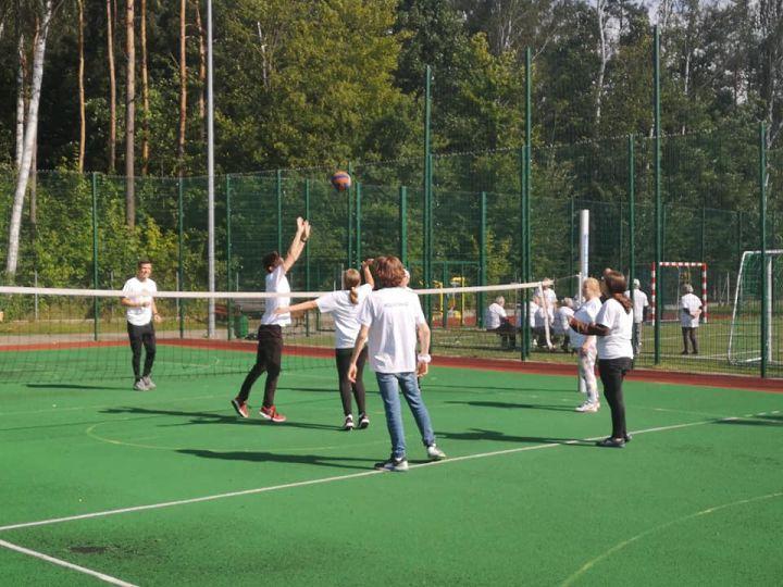 Seniorzy i wolontariusze graja w siatkówkę