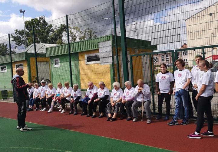 Trenera Jacek Skwara tłumaczy seniorom zasady korzystania z orlika
