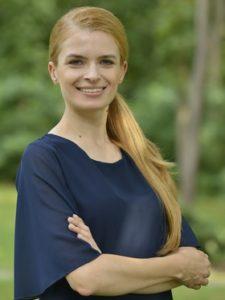 Anna Rosłaniec sekretarz gminy w granatowej bluzce z rozkloszowanym rękawem