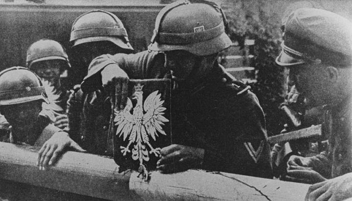 Żołnierze niemieccy zrywają godło Polski z szlabanu granicznego 1 września 1939 roku