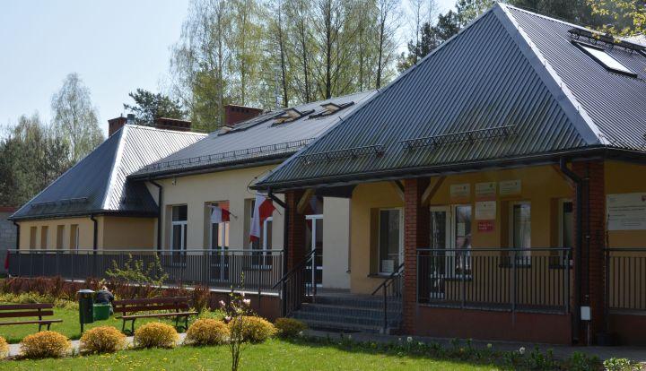 Dom Kultury w Woli Karczewskiej. Głowne wejście do budynku