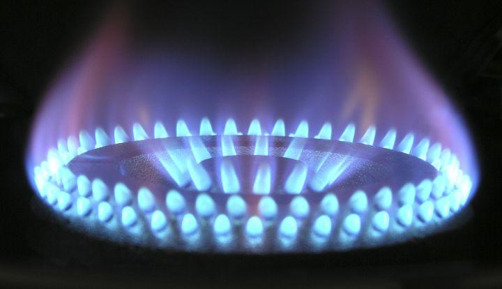 Palnik gazowy i płomień w kolorze niebieskim