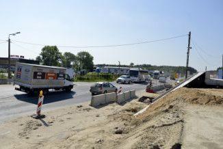 """Droga krajowa S17 biegnąca przez Góraszkę. Odcinek przy sklepie """"Jarton"""""""