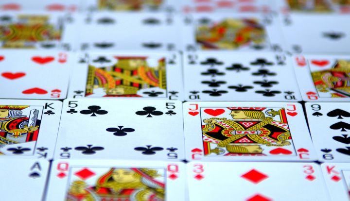 Karty do gry rozłożone w kilku rzędach jedna obok drugiej