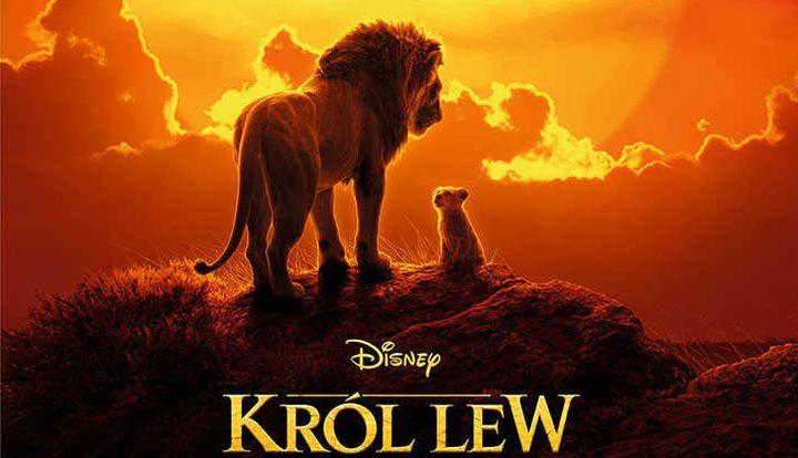 """Plakat z filmu """"Król lew"""". Na tle zachodzącego słońca stoi duży lew i małe lwiątko"""