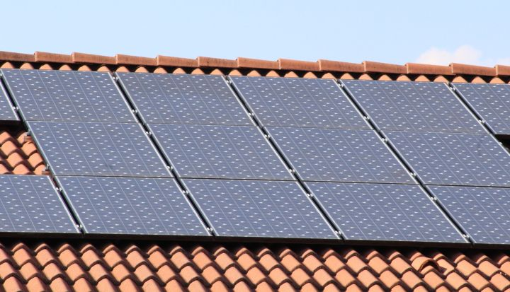 Panele słoneczne na dachu domu