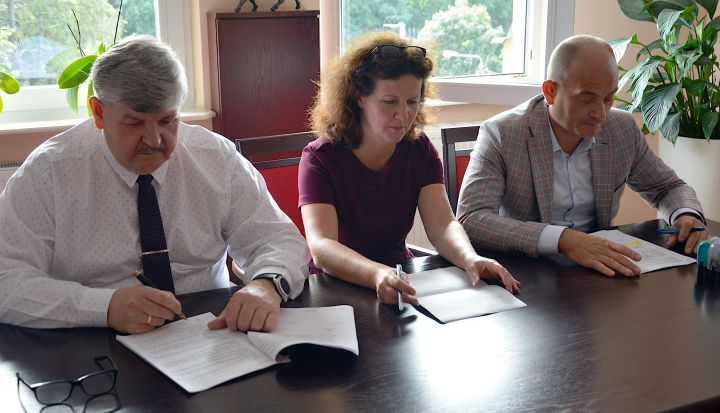 Podpisanie umowy na budowę dróg od lewej: wójt Janusz Budny, skarbnik Alicja Matuszewska, Piotr Skoczek z Bruk-Bud