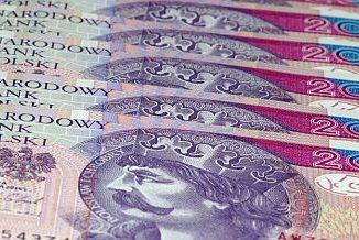 Banknoty 20 złotowe ułożone jedne na drugich