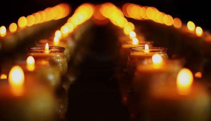 Palące się dwa rzędy świec