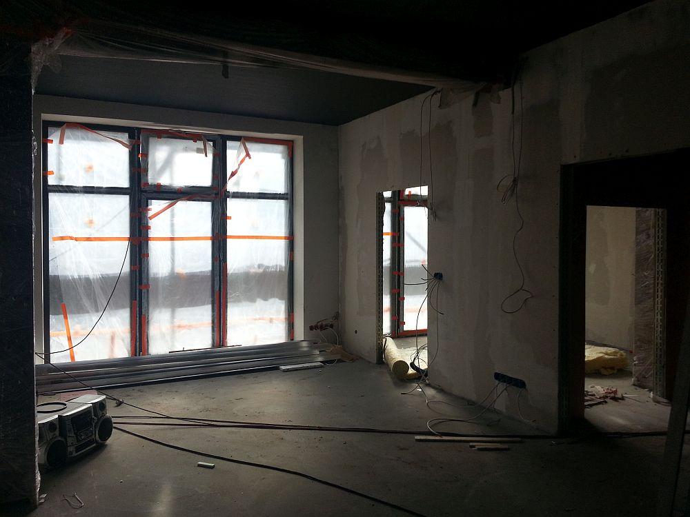Budowa Centrum Aktywności Lokalnej. Pomieszczenie na parterze. Widok na nowe okno