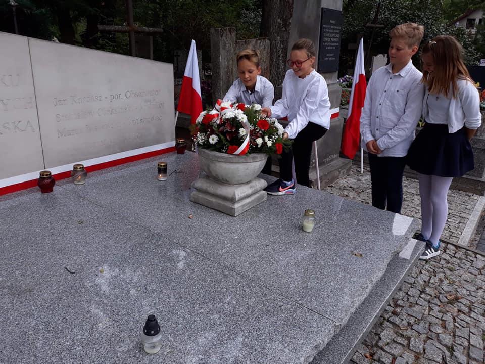 Złożenie kwiatów na mogile patrona szkoły podstawowej w Wiązownie