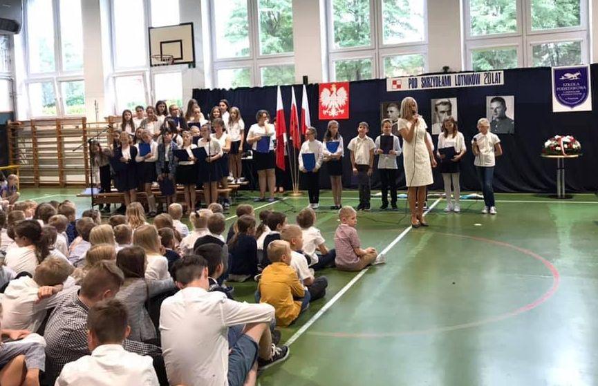 Uroczysty apel w Szkole Podstawowej w Wiązownie z okazji dnia patrona